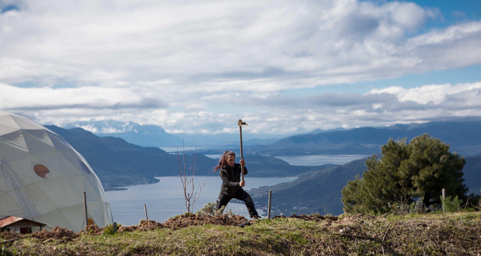 Sheila Darmos plantant un arbre à Free and Real